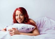 Όμορφη γυναίκα με το κόκκινο τρίχωμα Στοκ εικόνα με δικαίωμα ελεύθερης χρήσης