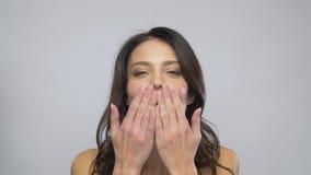 Όμορφη γυναίκα με το κόκκινο φιλί αέρα κραγιόν φυσώντας απόθεμα βίντεο