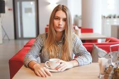 Όμορφη γυναίκα με το μακρύ ευθύ καφέ κατανάλωσης τρίχας Στοκ φωτογραφία με δικαίωμα ελεύθερης χρήσης