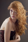 Όμορφη γυναίκα με το μεγάλο κόκκινο τρίχωμα Στοκ Εικόνα