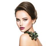 Όμορφη γυναίκα με το μοντέρνο πράσινο κόσμημα στοκ εικόνα