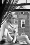 Όμορφη γυναίκα με το μοντέρνο hairstyle σε υπαίθριο Στοκ φωτογραφία με δικαίωμα ελεύθερης χρήσης