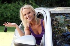 Όμορφη γυναίκα με το νέο αυτοκίνητο Στοκ φωτογραφία με δικαίωμα ελεύθερης χρήσης