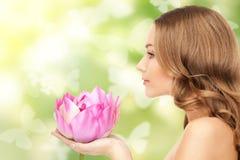 Όμορφη γυναίκα με το λουλούδι λωτού και πεταλούδες Στοκ Φωτογραφίες