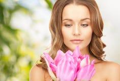 Όμορφη γυναίκα με το λουλούδι λωτού Στοκ Εικόνα