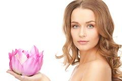 Όμορφη γυναίκα με το λουλούδι λωτού Στοκ φωτογραφία με δικαίωμα ελεύθερης χρήσης