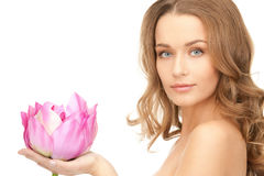 Όμορφη γυναίκα με το λουλούδι λωτού Στοκ Εικόνες
