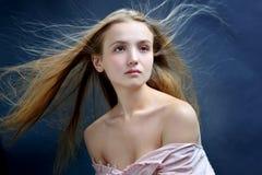 Όμορφη γυναίκα με το πέταγμα μακρυμάλλες Στοκ Εικόνες