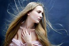 Όμορφη γυναίκα με το πέταγμα μακρυμάλλες Στοκ Φωτογραφίες