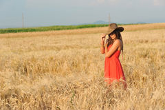 Όμορφη γυναίκα με το πορτοκαλιά φόρεμα και το καπέλο Στοκ εικόνες με δικαίωμα ελεύθερης χρήσης