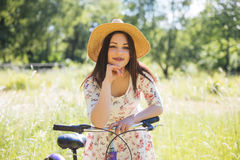 Όμορφη γυναίκα με το ποδήλατο στο πάρκο πόλεων όμορφη φύση Στοκ φωτογραφίες με δικαίωμα ελεύθερης χρήσης
