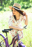 Όμορφη γυναίκα με το ποδήλατο στο πάρκο πόλεων όμορφη φύση Στοκ φωτογραφία με δικαίωμα ελεύθερης χρήσης