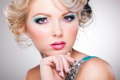 Όμορφη γυναίκα με το πρόσωπο κουκλών που φορά τη σύνθεση Στοκ Εικόνα