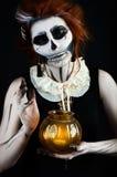 Όμορφη γυναίκα με το σκελετό σύνθεσης στοκ εικόνες