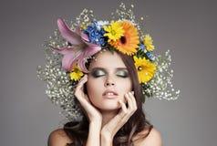 Όμορφη γυναίκα με το στεφάνι λουλουδιών στο κεφάλι της Στοκ φωτογραφία με δικαίωμα ελεύθερης χρήσης