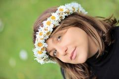Όμορφη γυναίκα με το στεφάνι τρίχας μαργαριτών στοκ φωτογραφίες