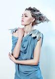 Όμορφη γυναίκα με το τρίχωμα φαντασίας Στοκ εικόνες με δικαίωμα ελεύθερης χρήσης