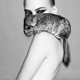 Όμορφη γυναίκα με το τσιντσιλά στοκ εικόνες
