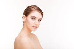 Όμορφη γυναίκα με το φρέσκο δέρμα που εξετάζει τη κάμερα Στοκ Εικόνα