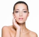 Όμορφη γυναίκα με το φρέσκο δέρμα του προσώπου Στοκ εικόνα με δικαίωμα ελεύθερης χρήσης