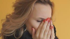 Όμορφη γυναίκα με το φτέρνισμα γρίπης λυπημένο φιλμ μικρού μήκους