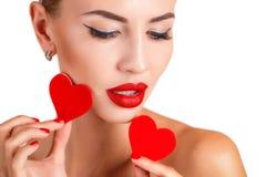 Όμορφη γυναίκα με το φωτεινό makeup και την κόκκινη καρδιά Στοκ εικόνα με δικαίωμα ελεύθερης χρήσης