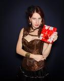 Όμορφη γυναίκα με το δώρο στο χέρι στοκ φωτογραφία με δικαίωμα ελεύθερης χρήσης