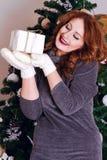 Όμορφη γυναίκα με το δώρο Στοκ φωτογραφία με δικαίωμα ελεύθερης χρήσης