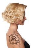 Όμορφη γυναίκα με henna το mehendi δερματοστιξιών Στοκ Εικόνες