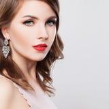 Όμορφη γυναίκα με Makeup, σγουρή τρίχα, σκουλαρίκια στοκ φωτογραφία με δικαίωμα ελεύθερης χρήσης