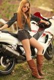 όμορφη γυναίκα μοτοσικλ&e Στοκ εικόνα με δικαίωμα ελεύθερης χρήσης