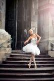 Όμορφη γυναίκα μπαλέτου στα σκαλοπάτια Στοκ Εικόνες