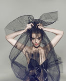 Όμορφη γυναίκα μόδας κάτω από το μαύρο πέπλο Στοκ εικόνες με δικαίωμα ελεύθερης χρήσης