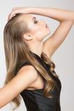 Όμορφη γυναίκα μόδας με το μακρυμάλλες πορτρέτο κινηματογραφήσεων σε πρώτο πλάνο Στοκ Εικόνες