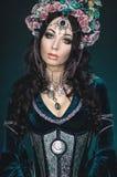 Όμορφη γυναίκα νεραιδών φαντασίας στη floral κορώνα στοκ εικόνα με δικαίωμα ελεύθερης χρήσης