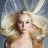 όμορφη γυναίκα ξανθό κορίτσι προκλητικό Όμορφο υγιές τρίχωμα nailfile καρφιά ομορφιάς που γυαλίζουν το σαλόνι Στοκ Εικόνες