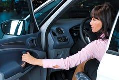 όμορφη γυναίκα οδηγών Στοκ εικόνα με δικαίωμα ελεύθερης χρήσης