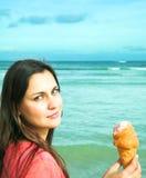 όμορφη γυναίκα πάγου κρέμα&s Στοκ Φωτογραφία