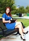 όμορφη γυναίκα πάρκων πάγκω&n Στοκ Εικόνες
