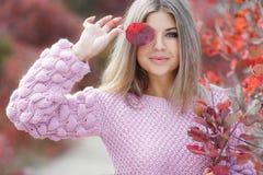 όμορφη γυναίκα πάρκων φθινοπώρου στοκ φωτογραφίες με δικαίωμα ελεύθερης χρήσης