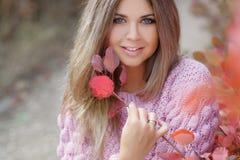 όμορφη γυναίκα πάρκων φθινοπώρου στοκ φωτογραφία με δικαίωμα ελεύθερης χρήσης