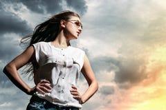 Όμορφη γυναίκα πέρα από το υπόβαθρο ουρανού Στοκ Εικόνα