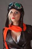 Όμορφη γυναίκα πειραματική στο κόκκινο μαντίλι στο κράνος αεροπόρων Στοκ εικόνα με δικαίωμα ελεύθερης χρήσης