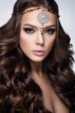 όμορφη γυναίκα πορτρέτου Γυναίκα μόδας ομορφιάς με πανέμορφο Makeup, εξαρτήματα Στοκ Φωτογραφία
