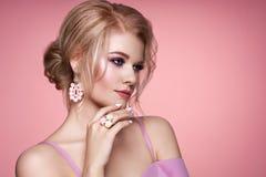 Όμορφη γυναίκα πορτρέτου με το κόσμημα στοκ εικόνα με δικαίωμα ελεύθερης χρήσης