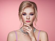 Όμορφη γυναίκα πορτρέτου με το κόσμημα στοκ φωτογραφίες