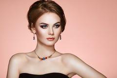 Όμορφη γυναίκα πορτρέτου με το κόσμημα στοκ εικόνες