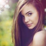 όμορφη γυναίκα πορτρέτου Νέο εύθυμο κορίτσι με το μακροχρόνιο καφετί εκτάριο Στοκ Εικόνες