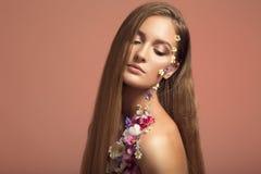 όμορφη γυναίκα πορτρέτου Τα λουλούδια αποτελούν Στοκ φωτογραφία με δικαίωμα ελεύθερης χρήσης