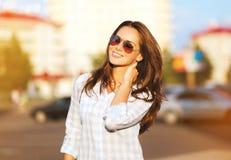 Όμορφη γυναίκα πορτρέτου τρόπου ζωής μόδας στα γυαλιά ηλίου Στοκ Φωτογραφίες